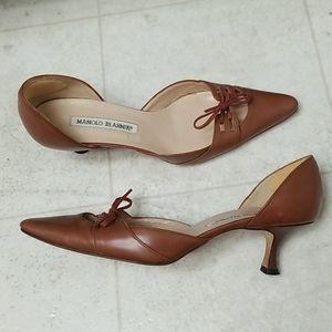 MANOLO BLAHNIK taupe brown kitten heels